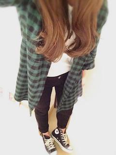 9ロングシャツ×白Tシャツ×黒ジーンズ