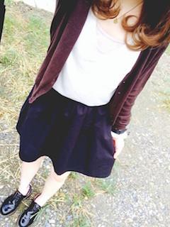 8茶色のカーディガン×白Tシャツ×黒ミニスカート