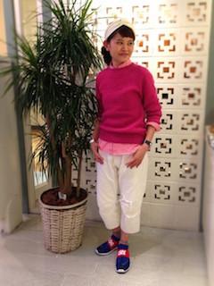 8ピンクのシャツ×ピンクニット×白パンツ