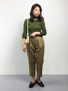 緑のニット・セーター×ベージュのテーパードパンツ×黒のローファー