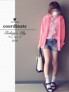 1ピンクのシャツ×ピンクジップパーカー×デニムショートパンツ