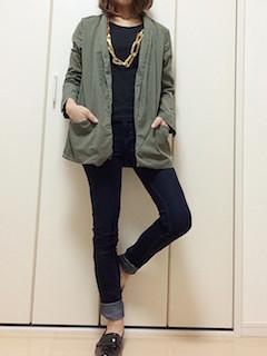 8緑のテーラードジャケット×黒Tシャツ×ストレートジーンズ