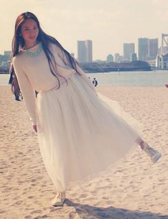 2白ニット・セーター×チュールスカート×白スニーカー