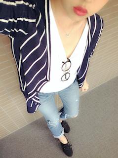 4秋のカーディガン×白V襟Tシャツ×ジーンズ