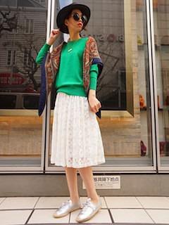 緑のニット・セーター×白のレーススカート×シルバースニーカー