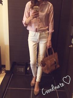 9ピンクのシャツ×白ジーンズ×ベージュハイヒール