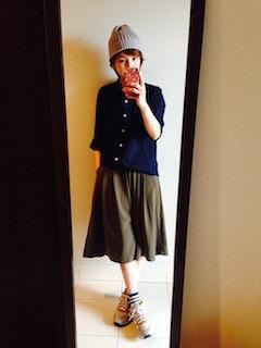 7ネイビーシャツ×フレアスカート×ニット帽子