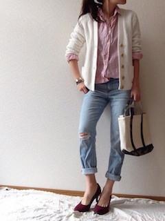 10ピンクのシャツ×白カーディガン×ジーンズ