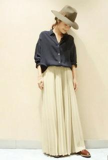 2黒シャツ×白マキシ丈スカート×クラシカルハット