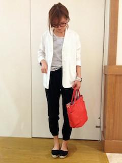 3白のテーラードジャケット×ボーダーTシャツ×黒パンツ