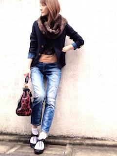 10黒のテーラードジャケット×柄トップス×ジーンズ
