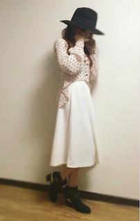 5ピンクのシャツ×白フレアスカート×クラシックハット