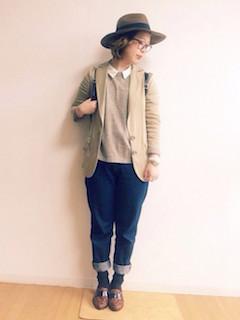 10ベージュのテーラードジャケット×セーター×ジーンズ