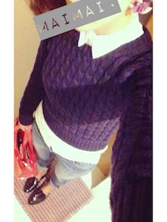 6ネイビーニットセーター×白シャツ×デニムパンツ