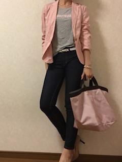 4ピンクのテーラードジャケット×グレーTシャツ×黒ジーンズ