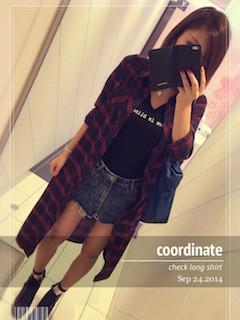 12ロングシャツ×黒Tシャツ×デニムショートパンツ