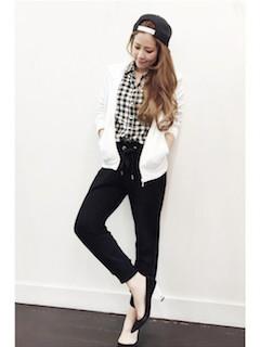 1白のパーカー×ギンガムチェックシャツ×黒パンツ