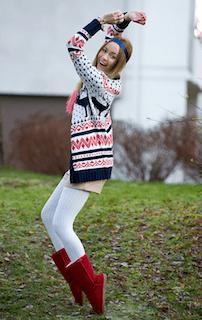 赤のムートンブーツ×ノルディク柄セーター×白タイツ