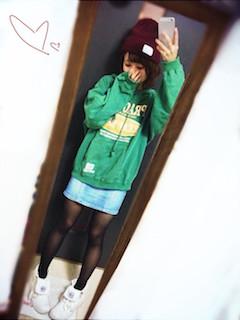 8グリーンのパーカー×デニムタイトスカート×白スニーカー