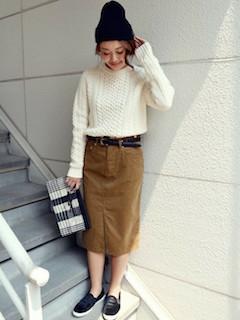 ケーブル編みニット・セーター×茶色のコーデュロイスカート×黒のハラコスリッポン