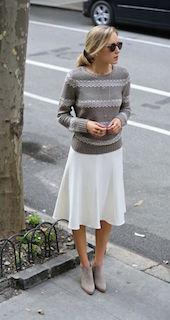 6グレーのブーティ×ニットセーター×白フレアスカート