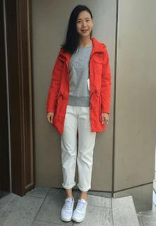 ロゴニット・セーター×赤のパーカー×白のパンツ×白のスニーカー