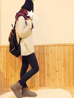 12グレーのムートンブーツ×白ロングセーター×黒ジーンズ