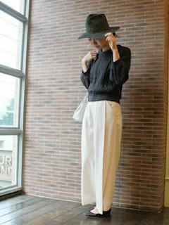 ケーブル編みニット・セーター×白のワイドパンツ×黒のフラットシューズ