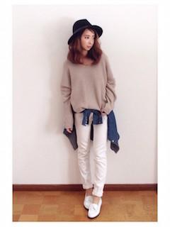 ベージュのニット・セーター×白のパンツ×デニムシャツ×白のローファー