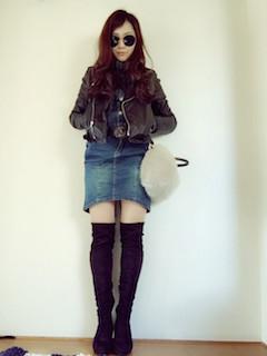 10黒のニーハイブーツ×ライダースジャケット×デニムスカート
