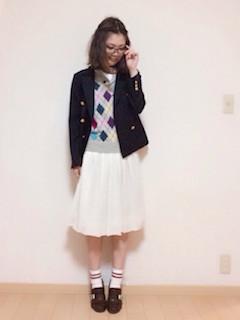 アーガイル柄ニット・セーター×白のスカート×ネイビーのジャケット×茶色のブーティ