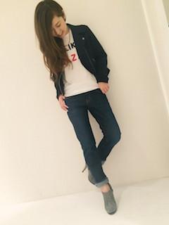 8グレーのブーティ×黒ジャケット×ジーンズ