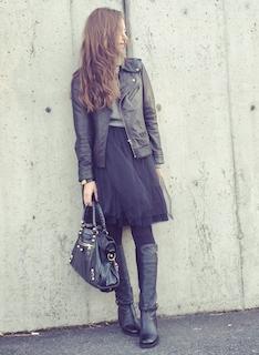 10黒のロングブーツ×ライダースジャケット×チュールスカート