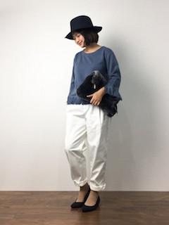青のニット・セーター×白のワイドパンツ×黒のパンプス