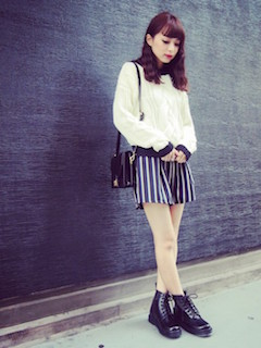 6編み上げブーツ×白セーター×ストライプ柄ショートパンツ