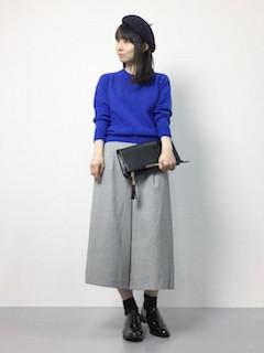 青のニット・セーター×グレーのガウチョパンツ×黒のオックスフォード
