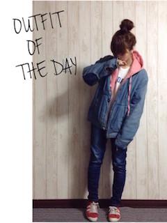 6ピンクのパーカー×デニムシャゲット×ジーンズ