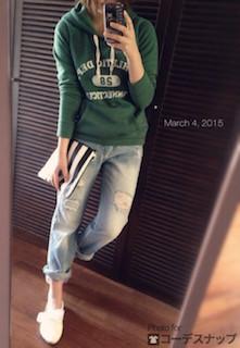 2グリーンのパーカー×ヴィンテージジーンズ×白スニーカー