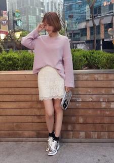 ピンクのニット・セーター×白のレースタイトスカート×シルバースニーカー