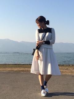 バイカラーニット・セーター×白のスカート×シルバーオックスフォード