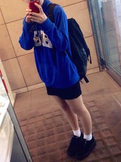 7青のパーカー×ミニタイトスカート×黒シューズ