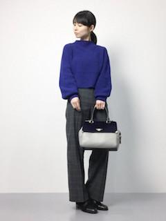ブルーのニット・セーター×チェックワイドパンツ×黒のブーティ