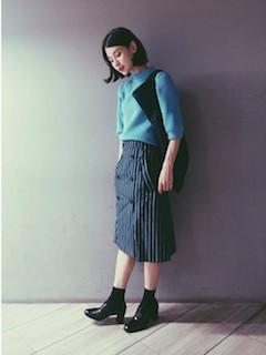 青のニット・セーター×ストライプタイトスカート×黒のショートブーティ