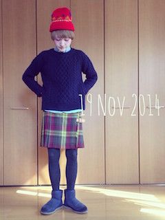 9ネイビーのムートンブーツ×ニットセーター×ラップスカート