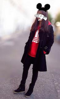 2赤のパーカー×トレンチコート×黒ジーンズ
