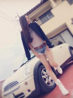 9白のブーツ×黒ブルゾン×デニムショートパンツ