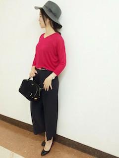 ピンクのニット・セーター×黒のワイドパンツ×黒のパンプス