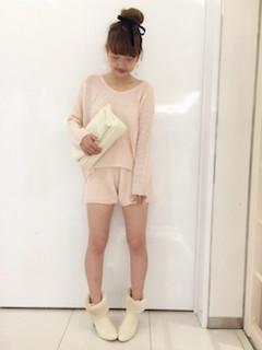 10白のブーツ×ピンクセットアップ×クラッチバッグ