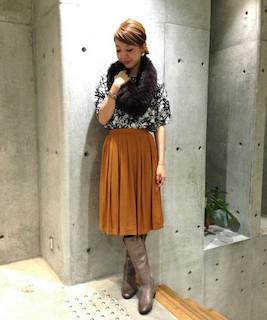7グレーのロングブーツ×花柄シャツ×フレアスカート