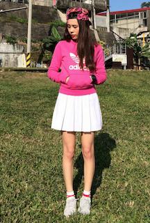 10ピンクのパーカー×白ミニスカート×スニーカー